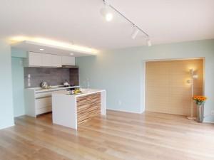 造作のアイランドキッチンが開放的なLDK。ライトグリーンの壁が明るい印象です。